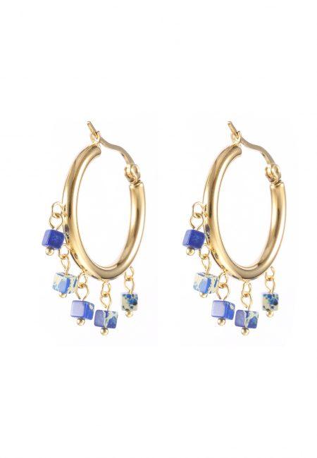 Goudkleurige creolen met blauwe steentjes.