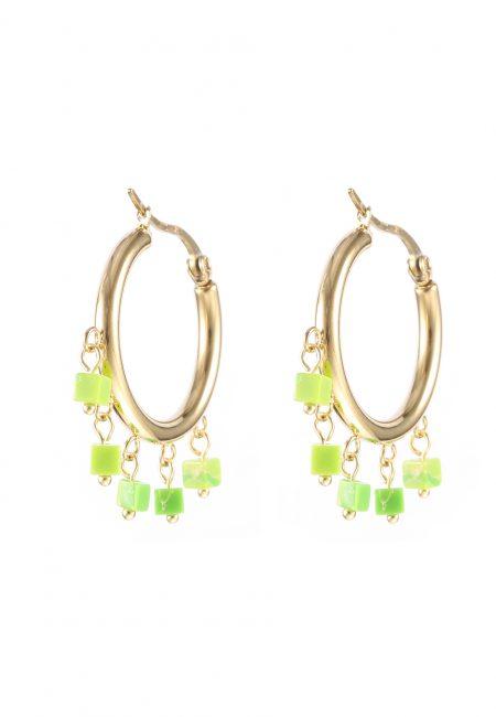 Creool oorbellen met groene steentjes.