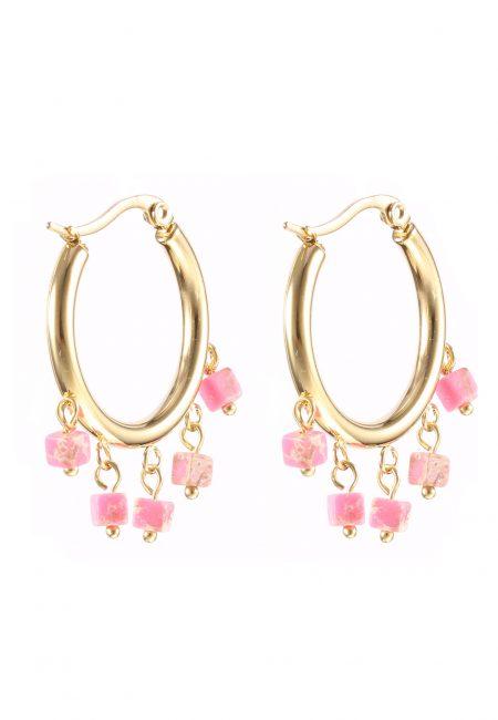 Creool oorbellen met roze steentjes.