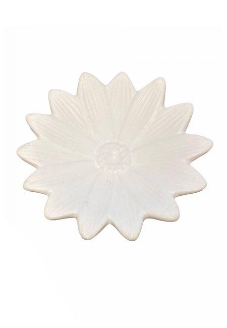 Wit klein aardewerk schaaltje in bloemvorm